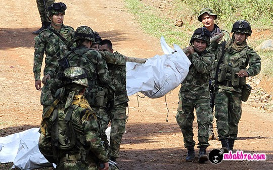 tentara Kolombia mengevakuasi korban