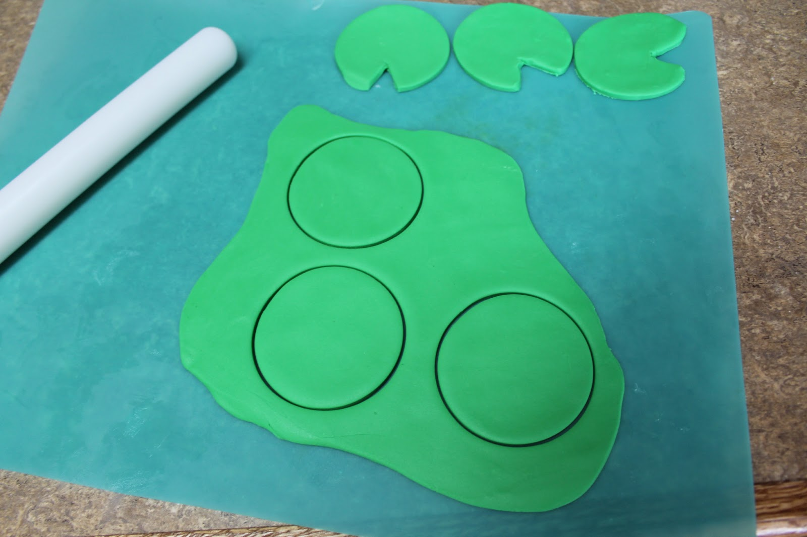 Making fondant Lily pads | Virginia\'s Sweets Tutorials