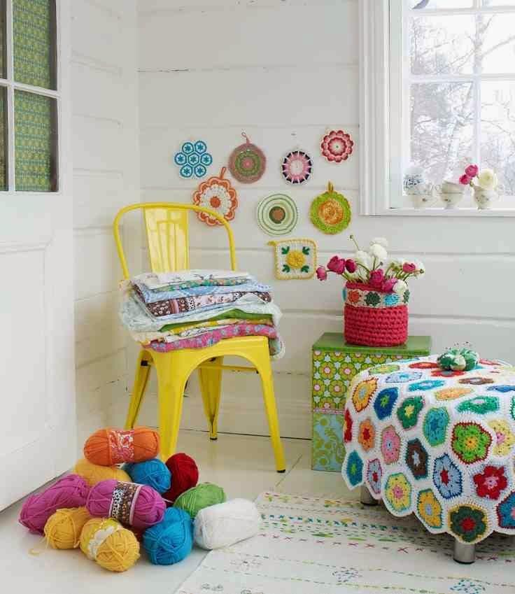 Colorful interior żółte krzesło tolix, kolorowe włóczki jako dekoracja pokoju