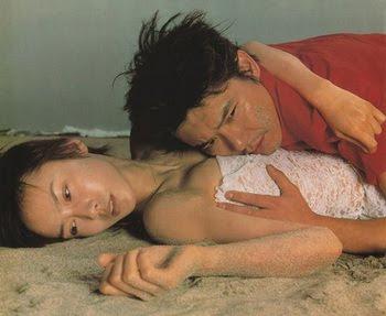 浜辺の男女。中谷美紀