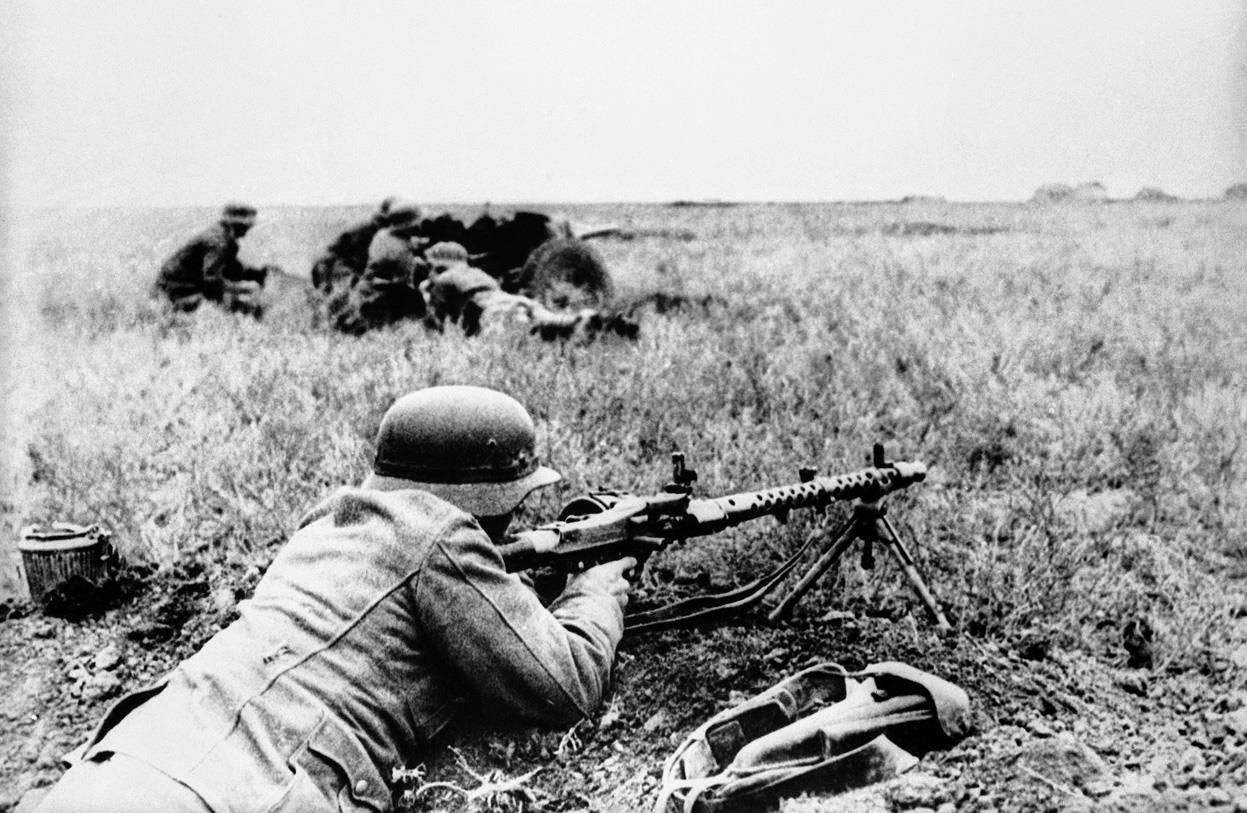 Немецкий солдат с пулеметом в крымской степи