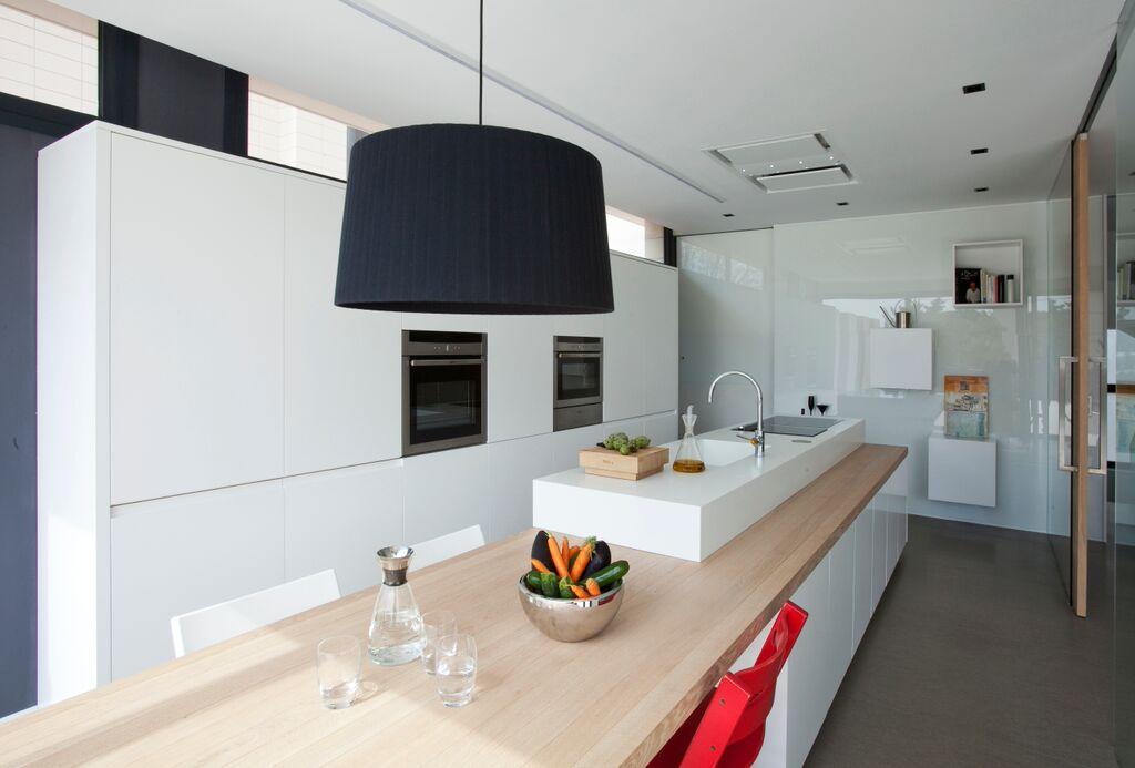 Una cocina sociable y discreta en primer plano cocinas for Plano cocina con isla