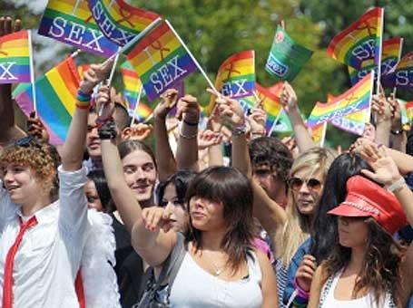 LGBTs caminham por direitos na Parada do Orgulho LGBT da França (Foto: France Presse)