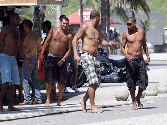 Adriano em comunidade no Rio de Janeiro