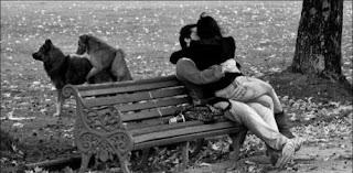 smešna slika: ljubav na klupi i iza klupe
