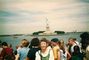 2001年,去瞻仰自由女神像,在轮船上。
