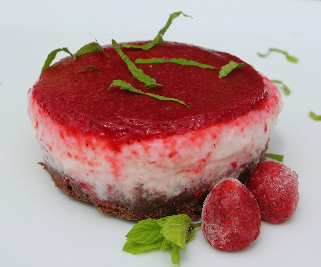 cheesecake senza cottura alle fragole con base al cioccolato