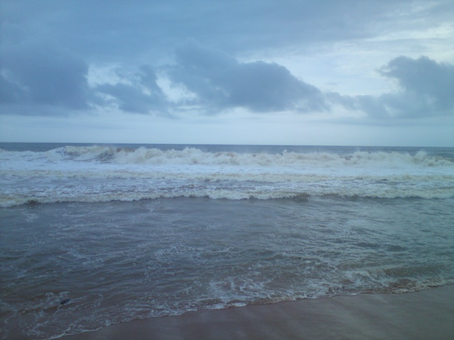 shangumugham fast tide beach