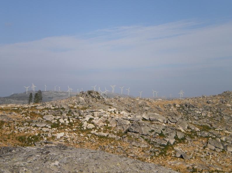 Vista com pedras do parque eólico da Serra