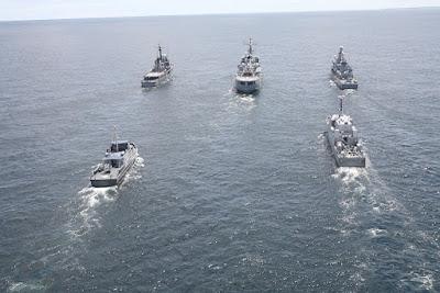 Una parte de la Flotilla del Pacífico de la Armada Nacional navegando en formación cerrada.