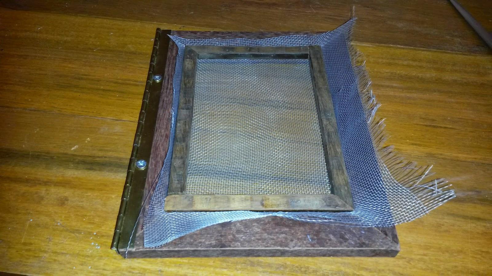 Depois de esticar a tela fixei os pedaços de treliça no porta  #624815 1600x900