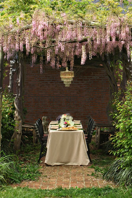 Family dining room design ideas under the pergola flowers