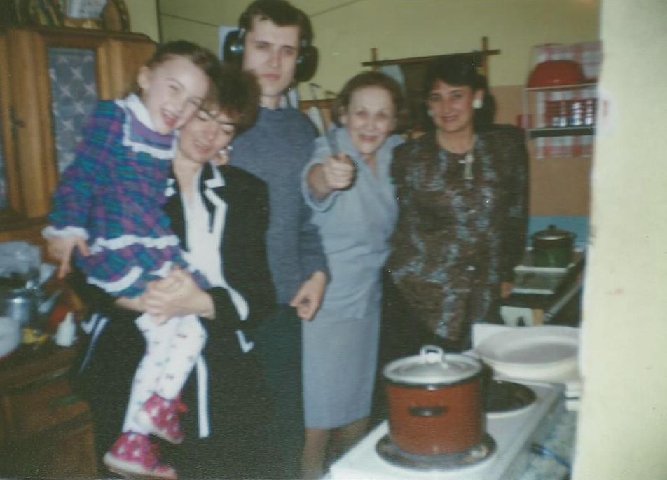rodzinne święta, z rodziną wychodzi się dobrze na świętach, kuchnia w starym wojskowym mieszkaniu, kredens