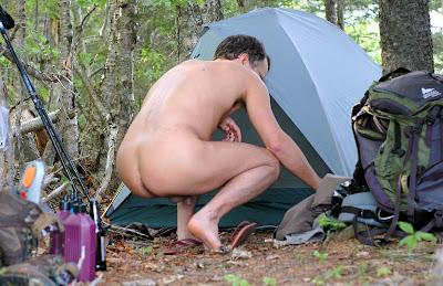 Hombre acampando en bolas