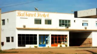 Balbinot Hotel, em Aceguá, Rio Grande do Sul. Prédio de dois pisos com portas e janelas envidraçadas.