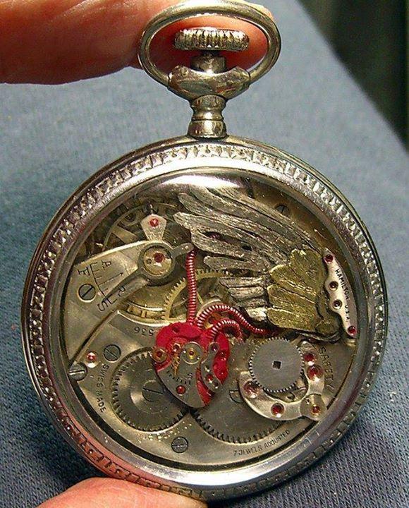 Jam Tangan Kuno Bentuk Hati dan sayap