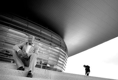 http://politiken.dk/kultur/kunst/ECE852941/opera-arkitekt-kunne-laere-meget-af-frank-gehry/