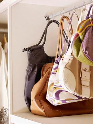 Organiza o com estilo organizar bolsas com ganchos for Como colgar cortinas con ganchos