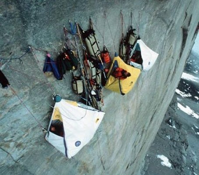 cara tidur di tebing