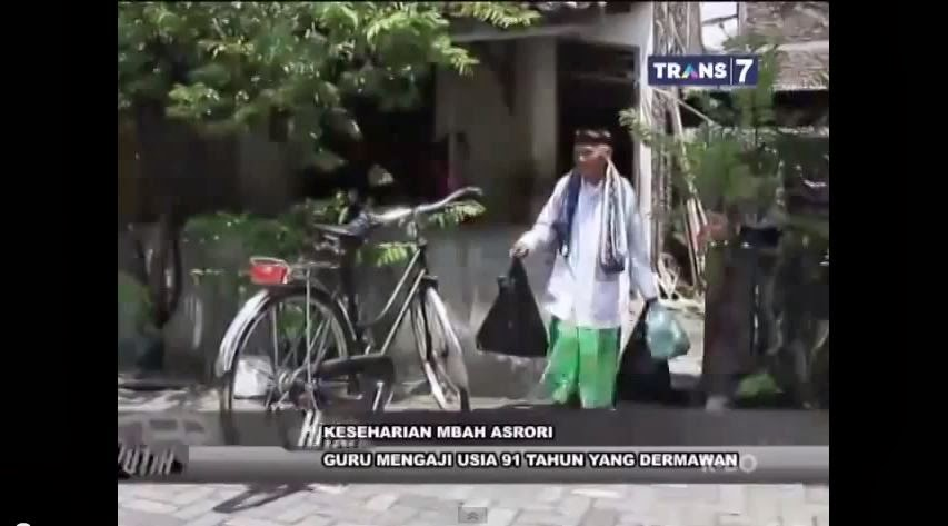 Dia Membawa Nasi Bungkus Tersebut dengan membopong Sepeda Tuanya..