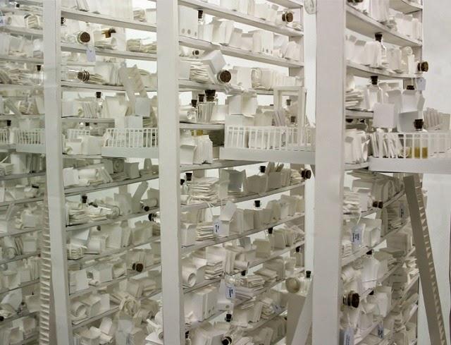 La Biblioteca Inconsciente: Una biblioteca de papel conteniendo miles de piezas en miniatura