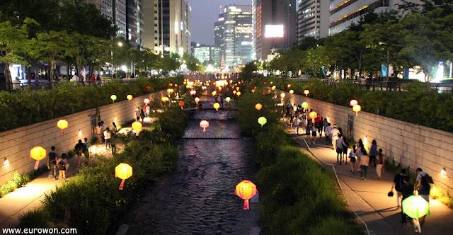 Arroyo Cheonggyecheon de Seúl de noche con farolillos