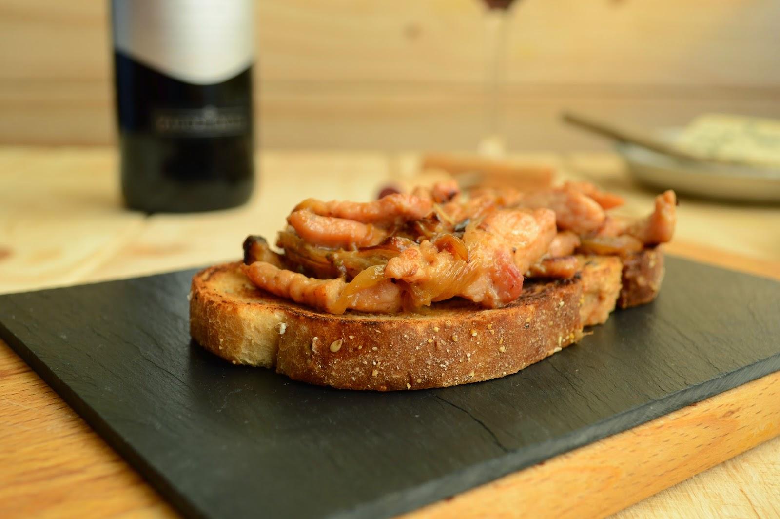 Un vino, Altos de tamarón, con tosta de pavo, cebolla y queso azul