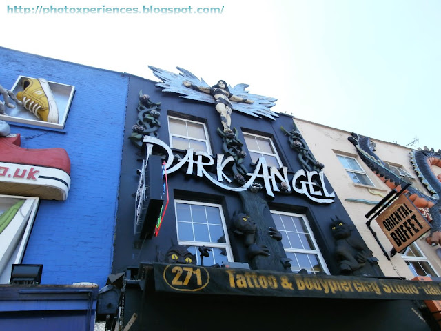 Front of the tatoo and bodypiercing store 'Dark Angel' in Camden High Street. Fachada de la tienda de tatuajes y piercings 'Dark Angel', en Camden High Street.