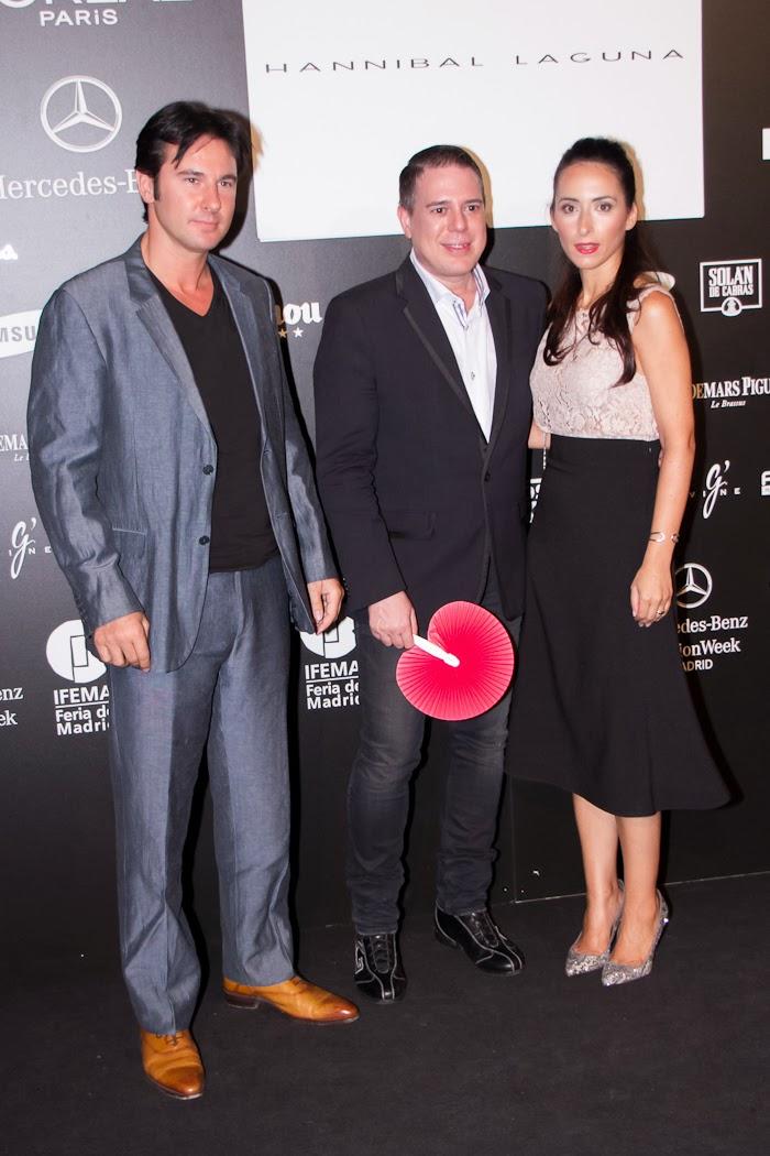 Los diseñadores Joaquim Ferrer y Hannibal Laguna con la blogger española Withorwithoutshoes