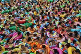 """""""Mar Muerto de China"""" de la sureña provincia de Sichuan, unas 12 mil personas llegan al día a combatir el calor"""