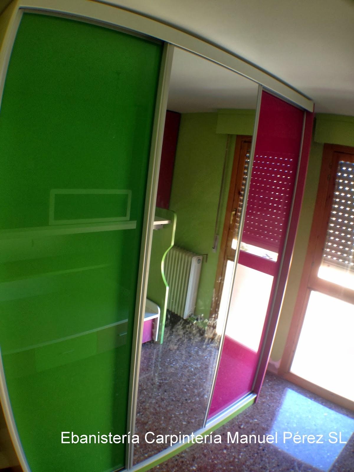 armario a medida a juego con el resto de la habitacin con puertas correderas con espejo y cristal lacobel en los colores de la habitacin
