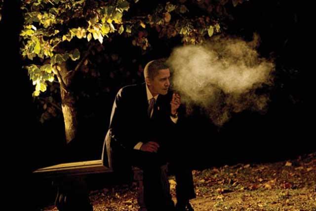 Barack Obama fumando