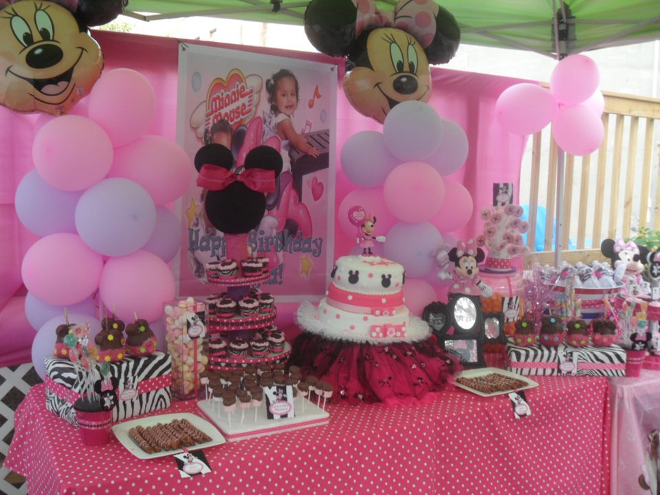 Minnie Mouse Balloons and table decor