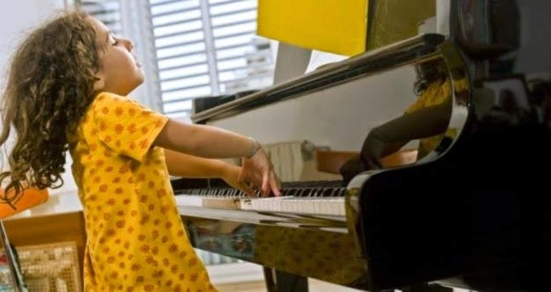 Foto anak-anak keren bermain piano