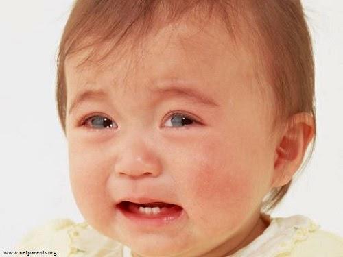 Image bébé fille triste et pleure