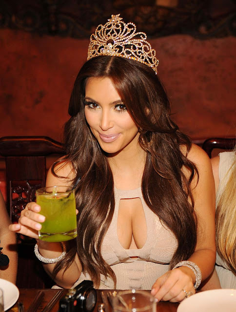 Kim Kardashian Show Cleavage HQ Pictures
