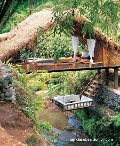 Puente de casa Tropical sobre una cañada