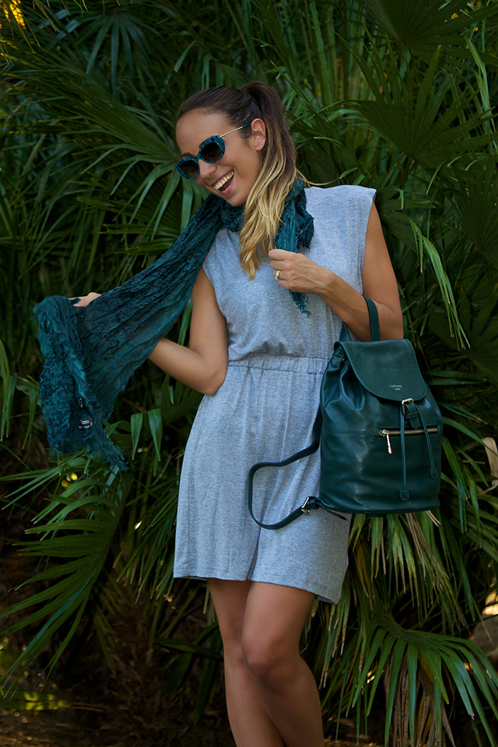 abbinamento grigio verde outfit