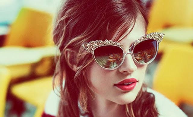 Gostou daquele óculos cheio de firúlas, pode comprar pois as grandes grifes  já investiram pesado e escolher o mais bonito vai ser difícil. 156f415e23