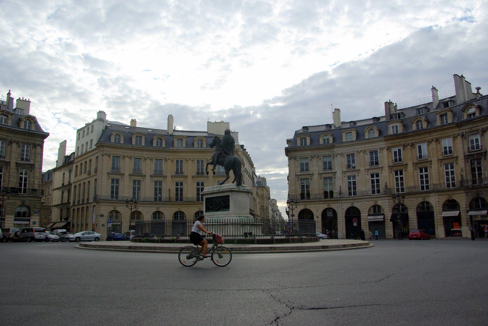 Parisdailyphoto place des victoires - Place des victoires metro ...