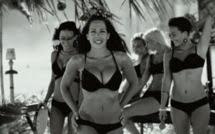 Les filles sexy dans le clip de Kim sur la plage d'Ipanema