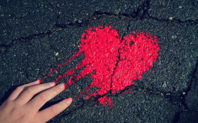 Rood liefdes hartje op de grond gemaakt met rode verf