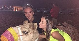 Quando não estão andando de camelo, eles estão se divertindo no deserto como DH Silveira e Bruna Unzueta, que se casaram em maio deste ano.