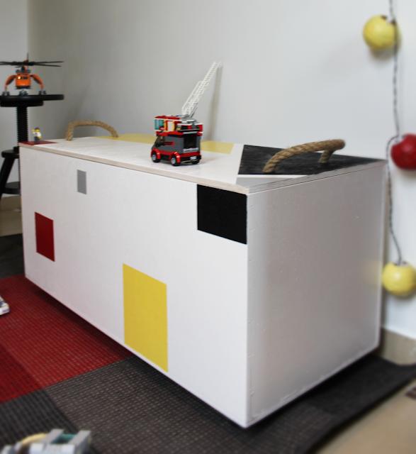 blog o wnętrzach inspiracje,pomysły zrób to sam bosch,skrzynia na zabawki w kwadraty,jak malować kwadraty,sznur jako uchwyt,pokój dziecka gdzie trzymać zabawki