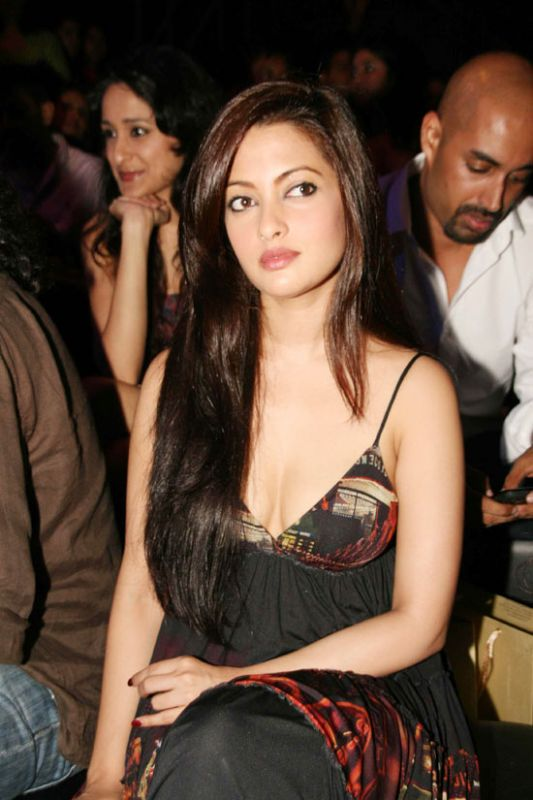 riya sen sexy boob cleavage photo 01