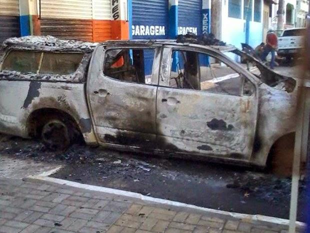 Quadrilha queima carro após explodir caixas em Saubara (Foto: Leandro Alves/ PortalBahiaNews.Com)