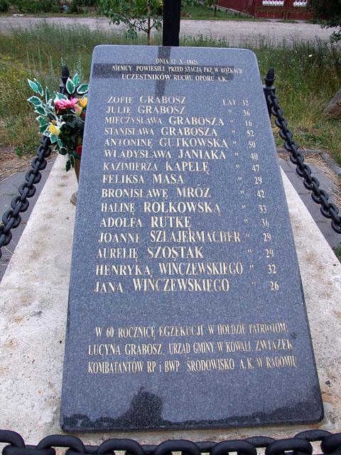 Stacja kolejowa Rożki k. Radomia. Pomnik - pamiątkowa tablica. Fotografia: Jacek Lombarski.