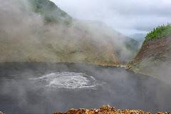 Dominique- Le Lac Bouillant de l'île Antillaise mousse dans son eau gris-bleu!