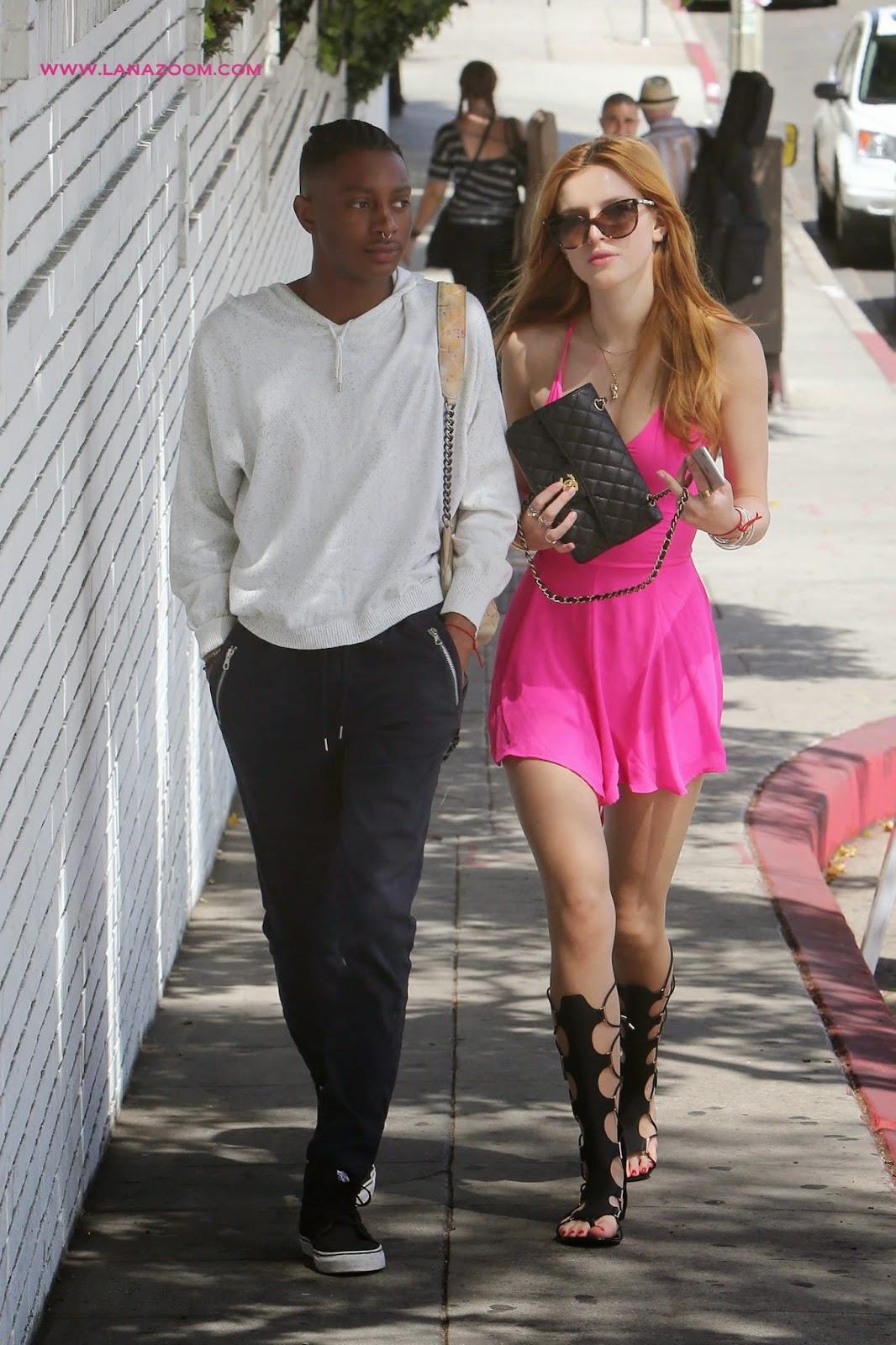 صور بيلا ثورن تتنزه بثوب وردي جميل في ويست هوليوود