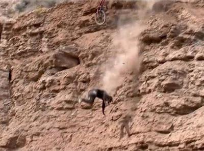 Σοκαριστική πτώση ποδηλάτη στα βράχια